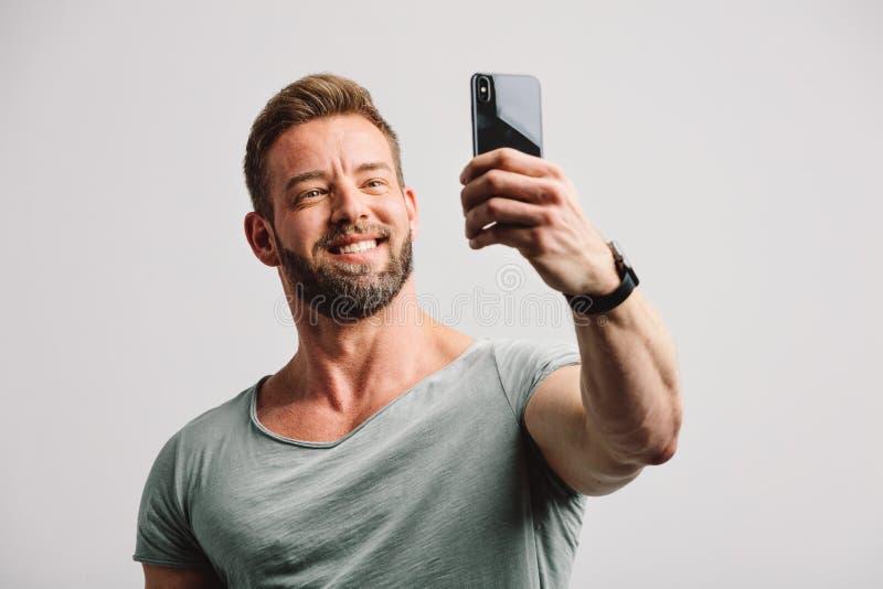 Homem considerável que toma o selfie no telefone imagem de stock royalty free