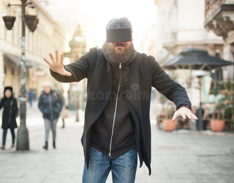 Homem considerável que usa a elevação - vidros da realidade virtual da tecnologia exteriores imagens de stock