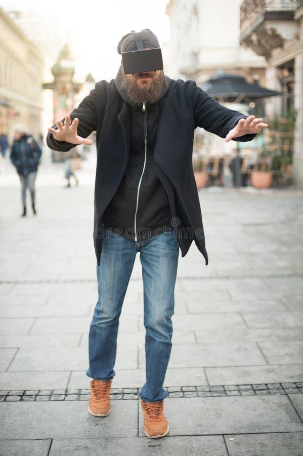 Homem considerável que usa a elevação - vidros da realidade virtual da tecnologia exteriores fotos de stock