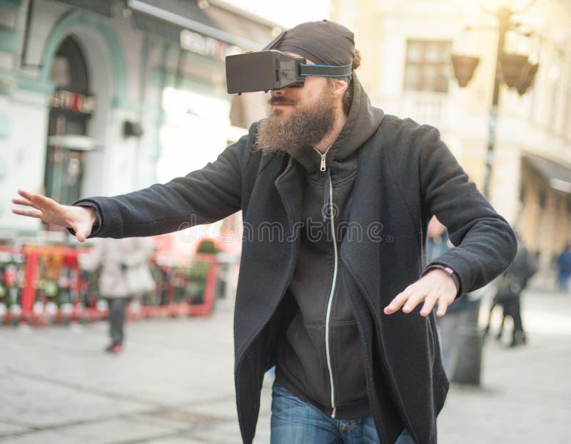 Homem considerável que usa a elevação - vidros da realidade virtual da tecnologia exteriores foto de stock royalty free