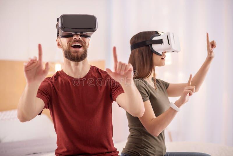 Homem considerável relevante que usa auriculares de VR fotos de stock