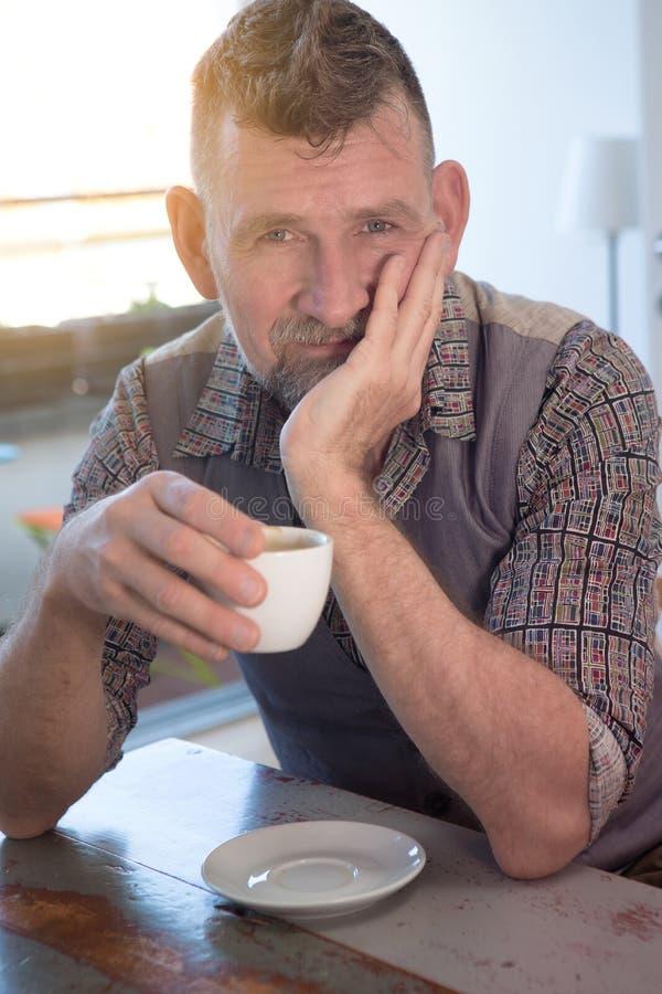 Homem consider?vel em seu caf? 50s bebendo fotos de stock royalty free