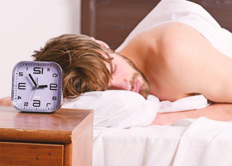 Homem consider?vel que boceja e que estica seus bra?os acima Imagem que mostra o homem novo que estica na cama Engra?ado ativo da foto de stock