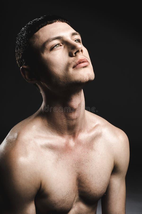 Homem contemplativo com corpo atrativo fotos de stock royalty free
