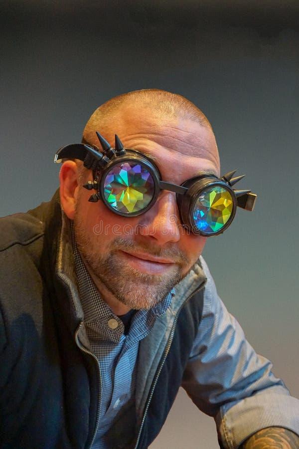 Homem contemporâneo com vidros parvos fotografia de stock royalty free