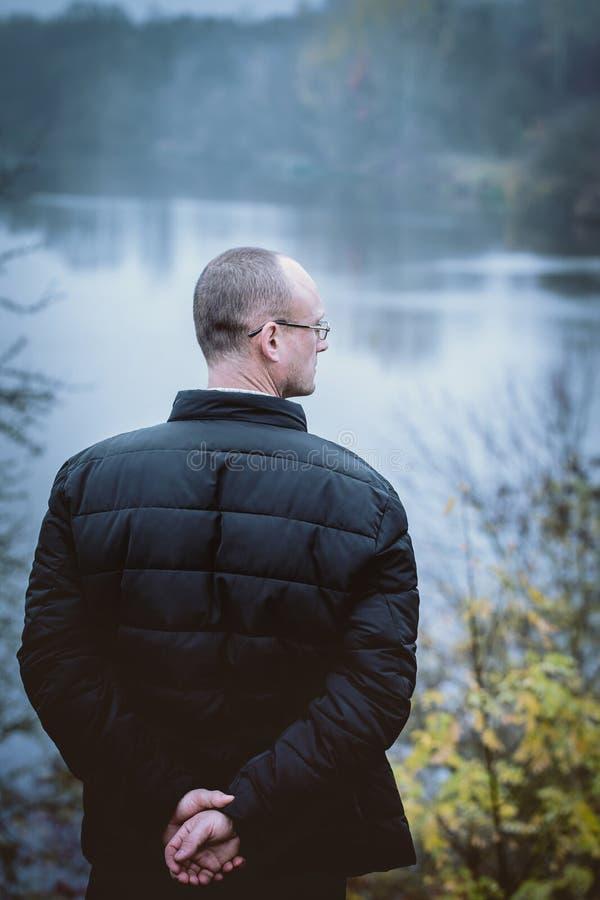 Homem contra o rio, vista da parte traseira imagens de stock royalty free