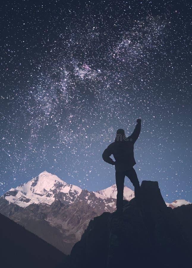 Homem contra a Via Látea em um céu estrelado Stylization de Instagram fotografia de stock royalty free