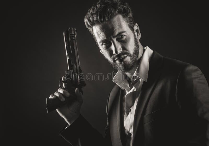 Homem corajoso com arma perigosa imagem de stock