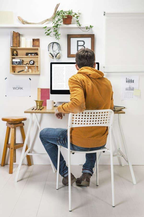 Homem criativo moderno que trabalha no espaço de trabalho. fotos de stock