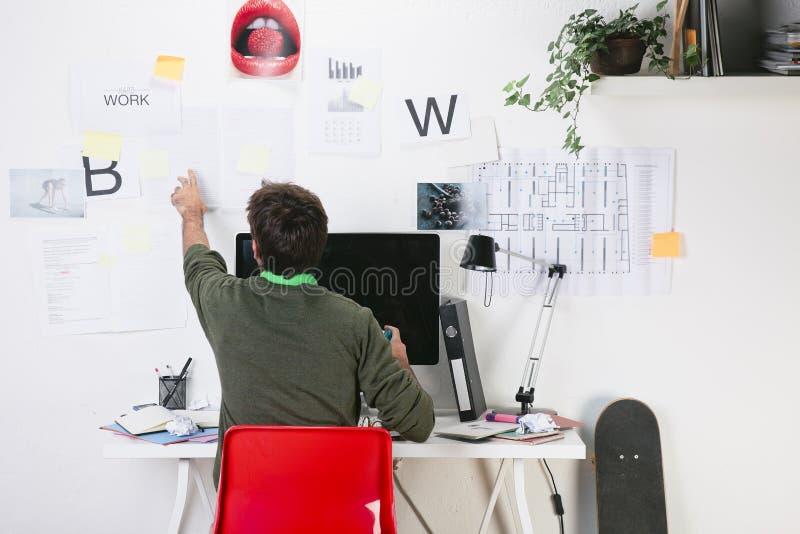Homem criativo novo do desenhista que trabalha no escritório. imagens de stock