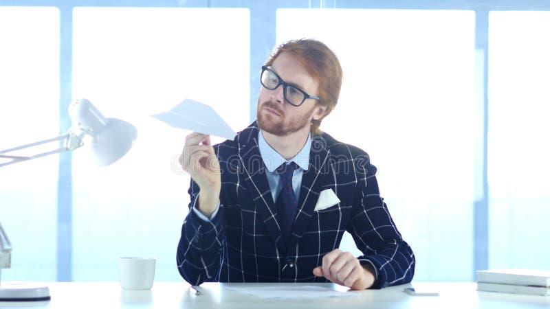 Homem criativo que imagina as ideias novas, mantendo o plano de papel disponivel imagens de stock