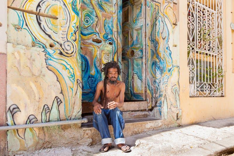 Homem cubano na rua de Havana City idosa fotografia de stock royalty free