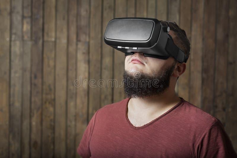 Homem curioso com vr Vidros da realidade virtual foto de stock royalty free