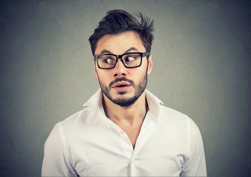 Homem curioso que escuta boatos imagens de stock royalty free