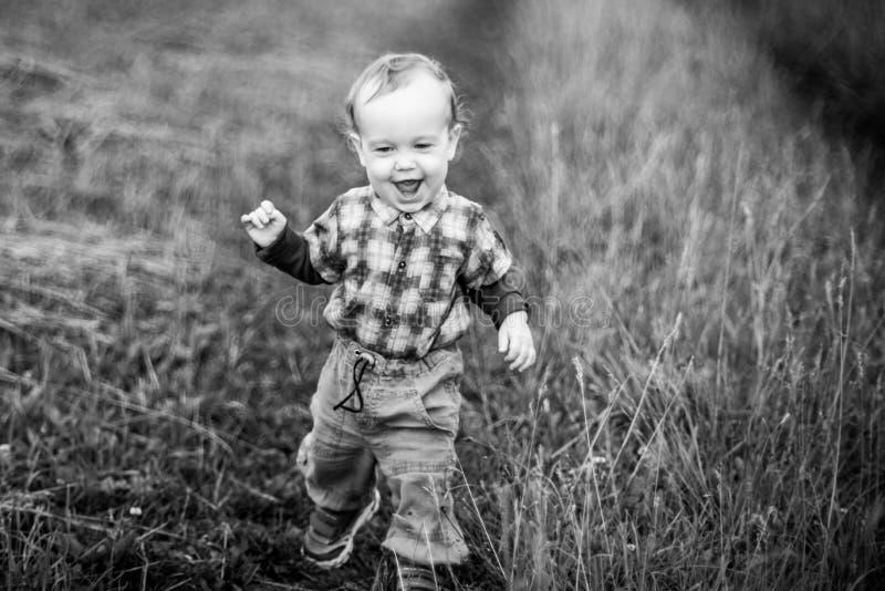 Homem da criança na gritaria da natureza, expressão feliz fotos de stock royalty free