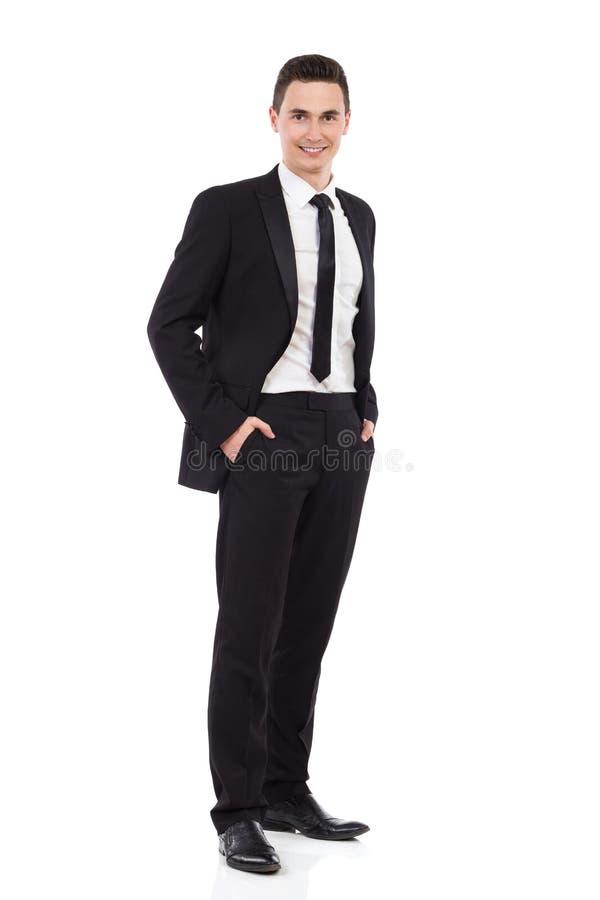 Homem da elegância que levanta com mãos em uns bolsos foto de stock royalty free