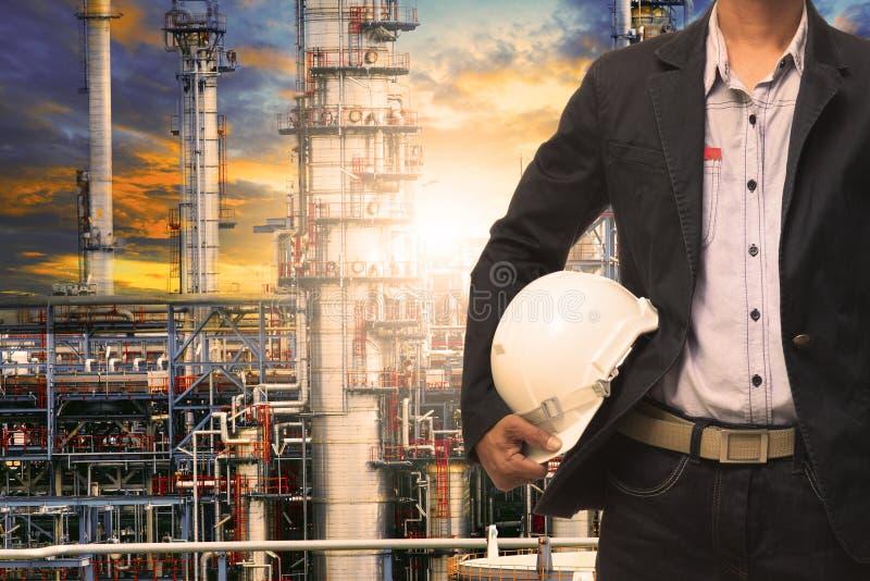 Homem da engenharia com o capacete de segurança branco que está na frente do oi fotos de stock royalty free