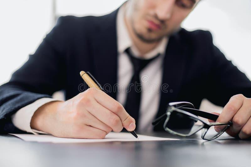 Homem da escrita que guarda vidros imagens de stock