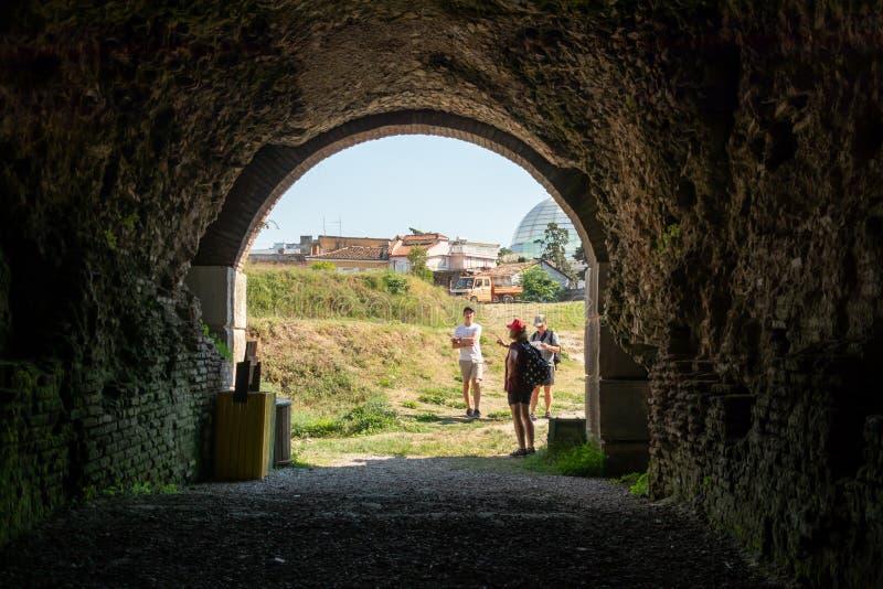 Homem da família e exploração urbana exterior fazendo fêmea em uma cidade de Albânia Europa Oriental vista do interior do túnel a fotografia de stock