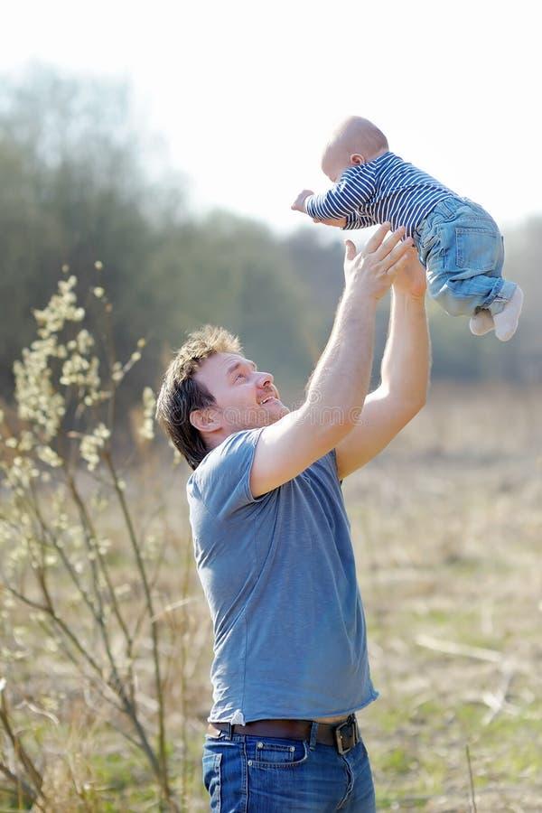 Homem da Idade Média com seu bebê pequeno imagem de stock