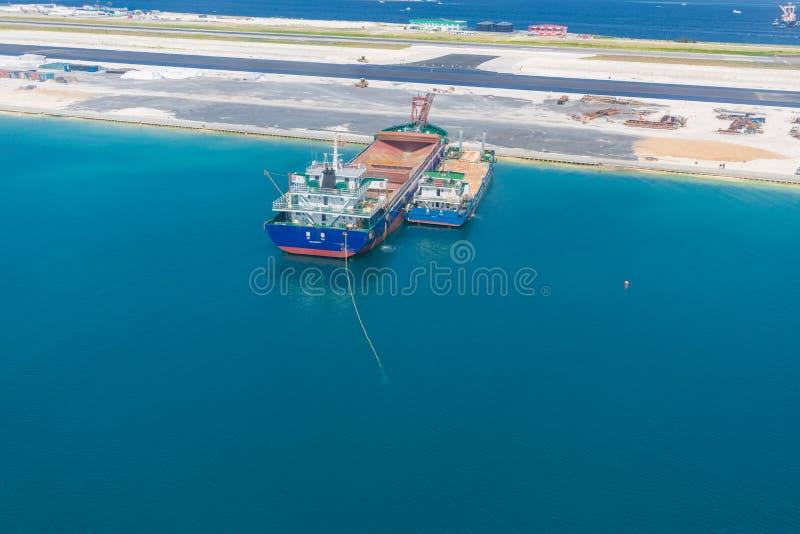 Homem da ilha de Maldivas, capital sob a construção e a construção de uma pista de decolagem nova Ideia aérea da área da construç fotos de stock royalty free