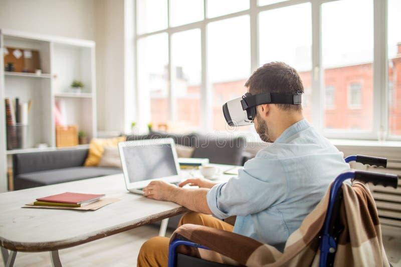 Homem da inutilização na realidade virtual fotos de stock