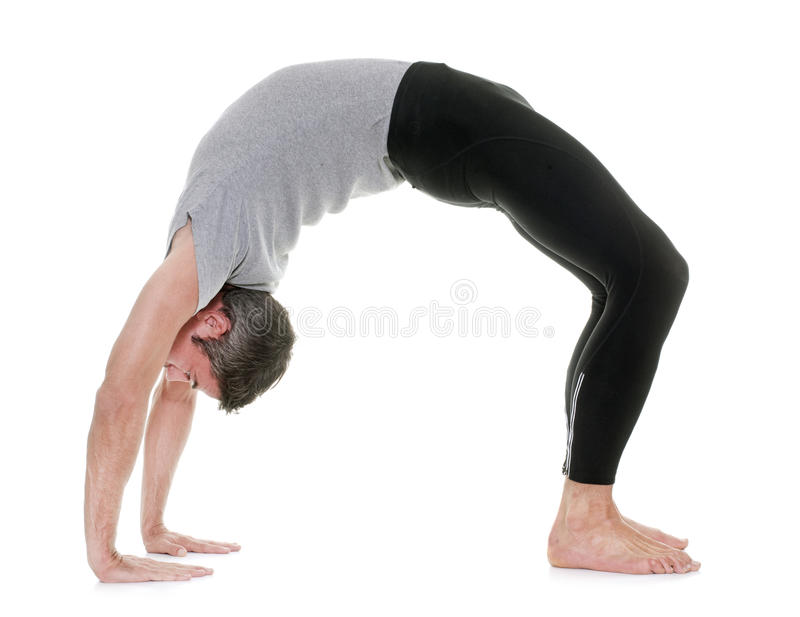 Homem da ioga no estúdio fotografia de stock