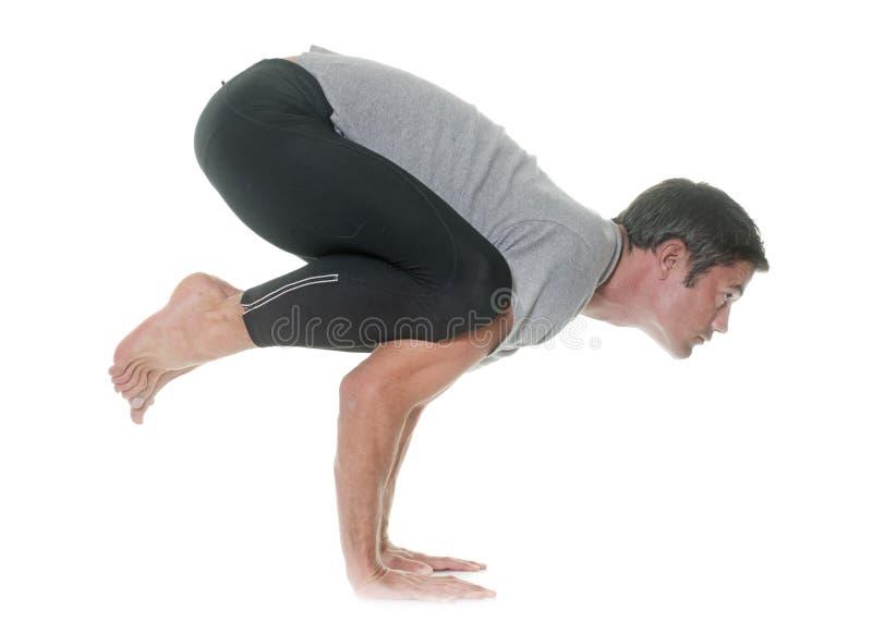 Homem da ioga no estúdio foto de stock