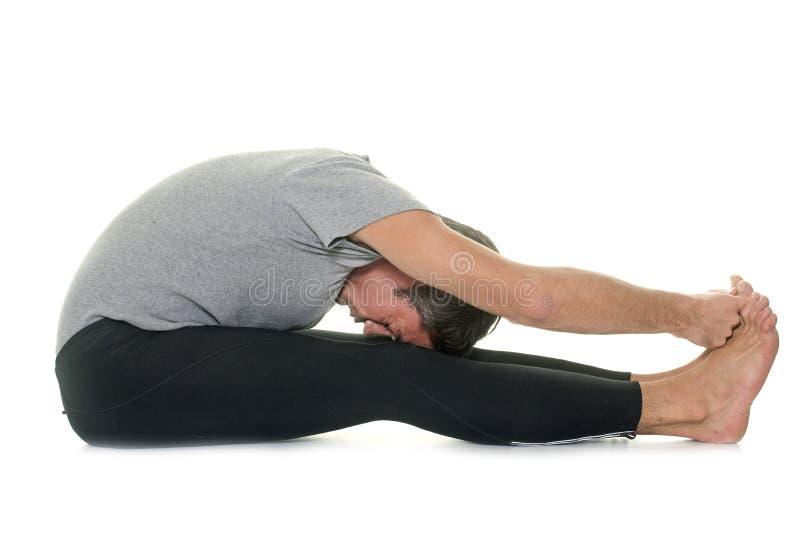 Homem da ioga no estúdio fotos de stock