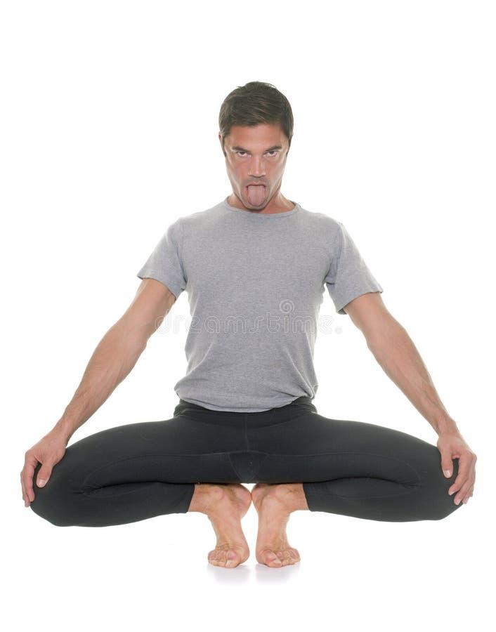 Homem da ioga no estúdio imagens de stock