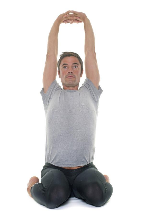 Homem da ioga no estúdio fotografia de stock royalty free