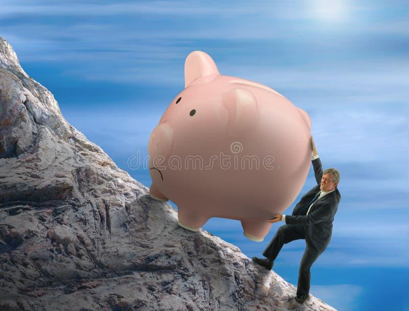 Homem da metáfora de Sisyphus que tenta empurrar o mealheiro gigante acima de uma montanha imagem de stock royalty free