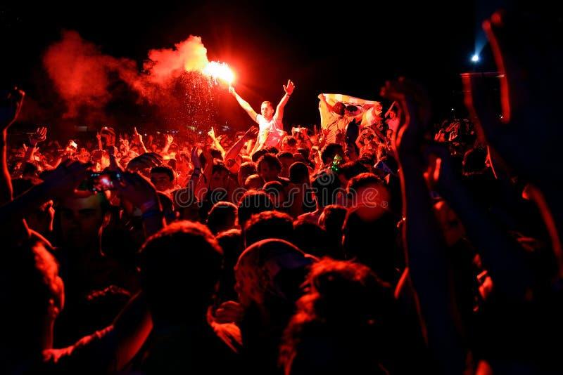 Homem da multidão com um alargamento ardente no festival FIB fotos de stock royalty free