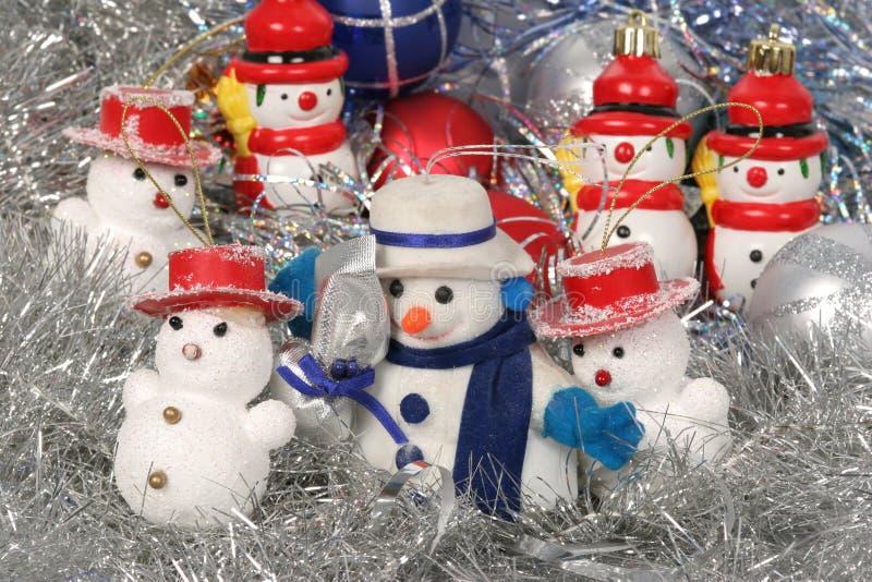 Homem da neve e esferas de Chrismas fotografia de stock royalty free