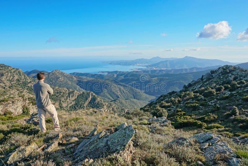 Homem da paisagem da Espanha que olha a vista da montanha fotografia de stock