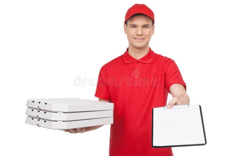 Homem da pizza no trabalho. Homem alegre novo da pizza que guarda uma pilha de p fotografia de stock royalty free