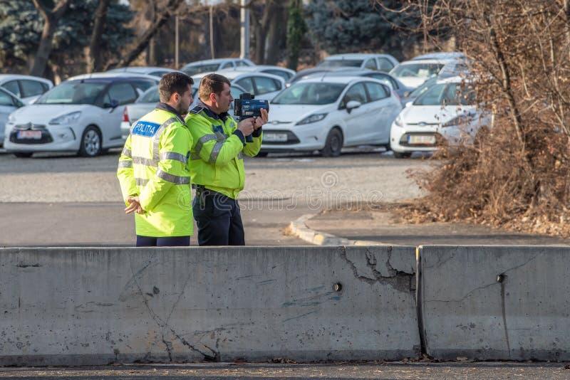 Homem da polícia com o radar móvel no tráfego imagem de stock royalty free