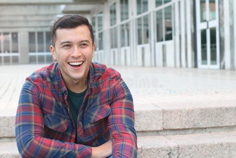 Homem da raça misturada com sorriso dos olhos azuis foto de stock royalty free