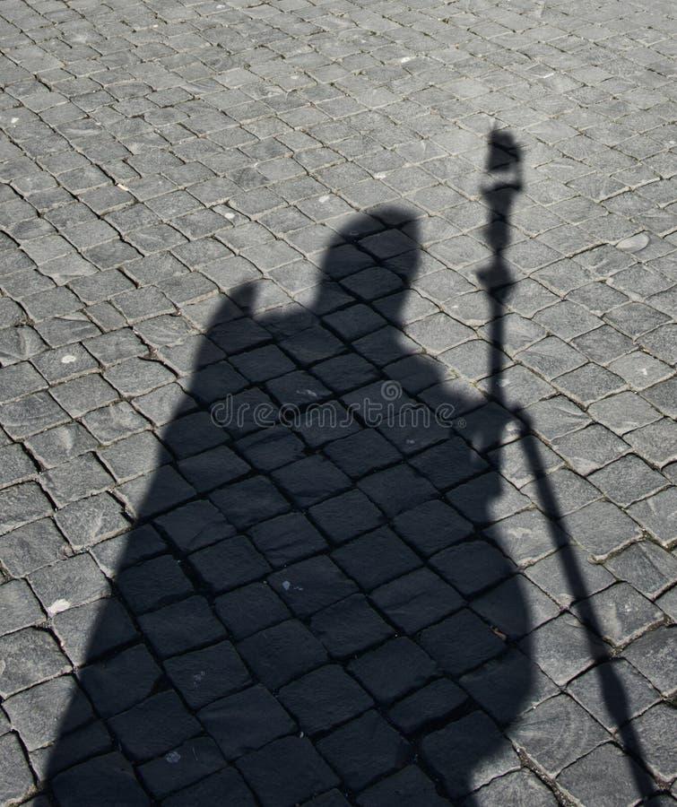 Homem da sombra, imagem preto e branco abstrata da sombra em pedras, sumário fotografia de stock