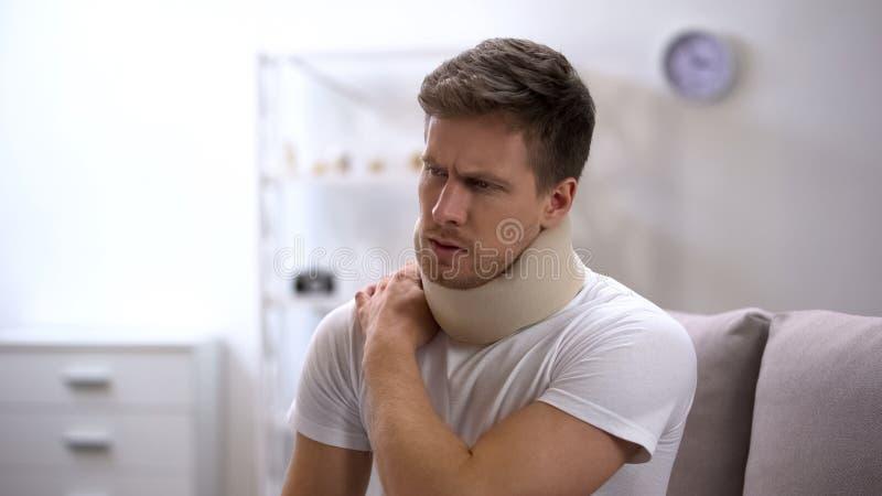 Homem da virada na dor de sofrimento do colar cervical da espuma na parte traseira e no ombro, ferimento imagens de stock