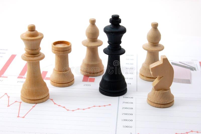 Homem da xadrez sobre a carta de negócio foto de stock