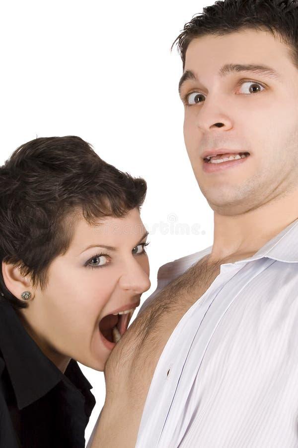 Homem de abraço triguenho e ir mordê-lo imagem de stock