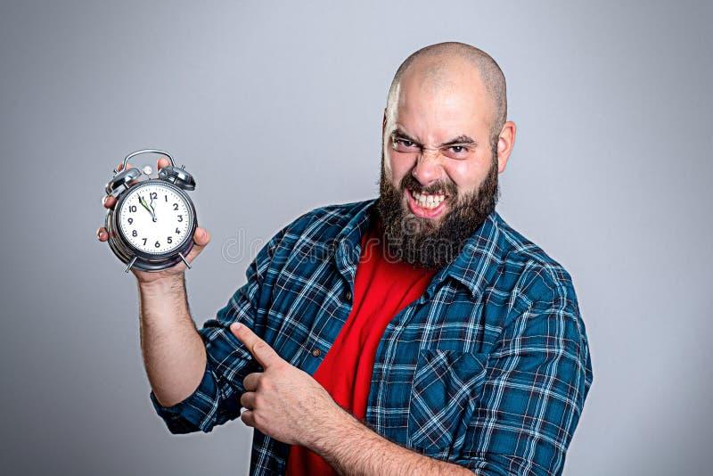 Homem de Beardet que aponta a um pulso de disparo imagens de stock