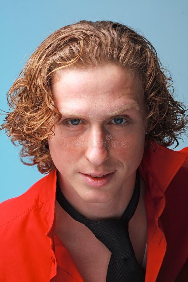 Homem de cabelo vermelho com gravata preta foto de stock royalty free