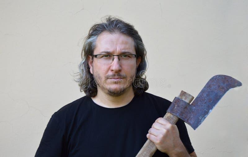 Homem de cabelos compridos com machado fotos de stock royalty free