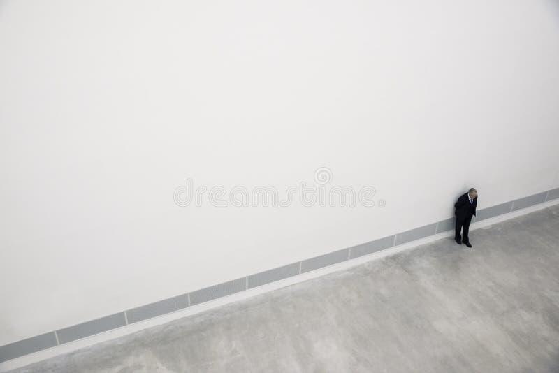 Homem de cima dentro de uma galeria de arte em Berlim fotografia de stock