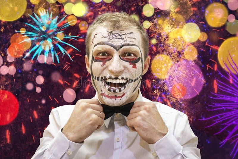 Homem de Dia das Bruxas pronto para o partido festivo Retrato do homem do Dia das Bruxas com skelet Halloween feliz fotos de stock