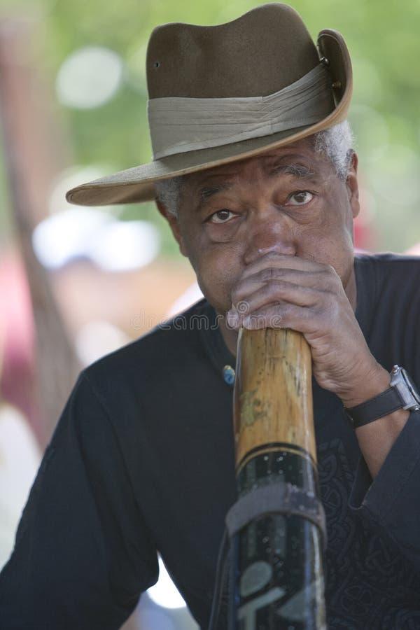 Homem de Didgeridoo fotografia de stock