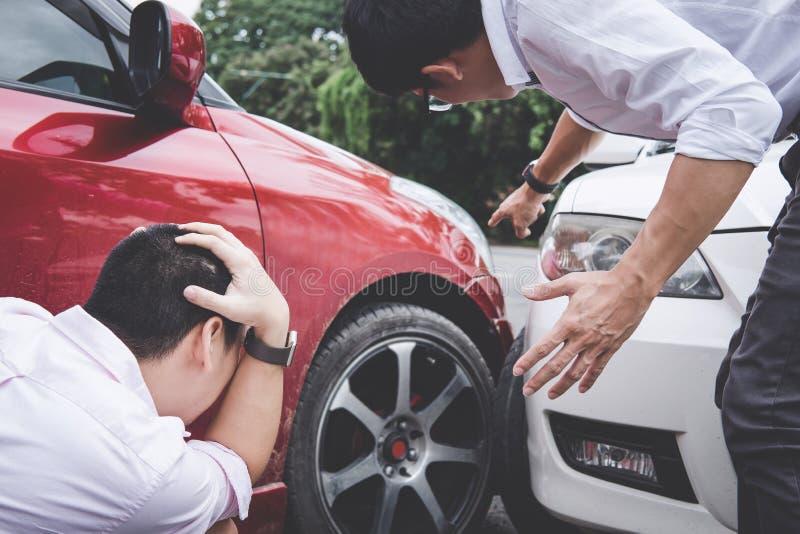 Homem de dois motoristas que discute após uma colisão do acidente de tráfico do carro fotos de stock