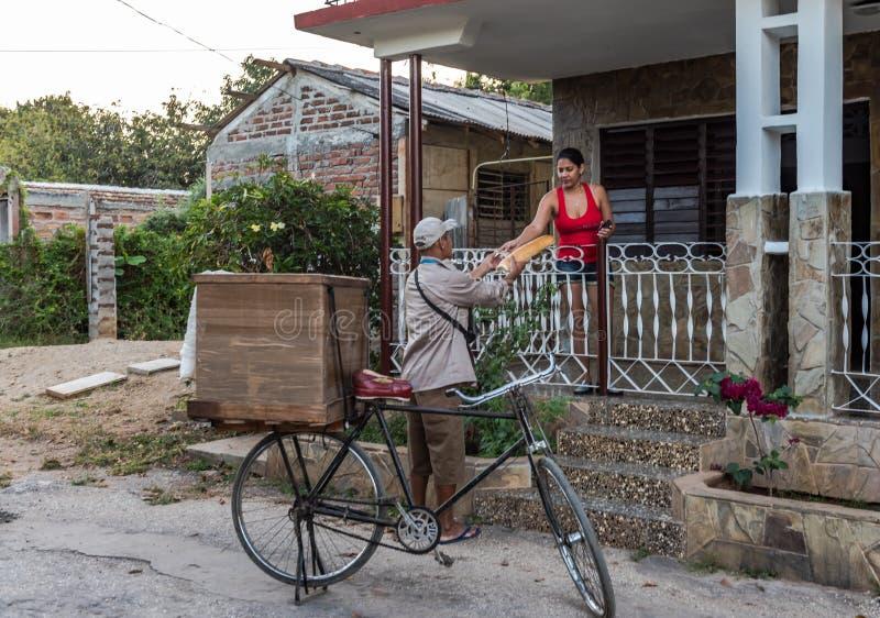Homem de entrega cubano do pão fotografia de stock